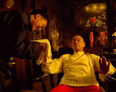 而章子怡饰演的孟小冬也以素色旗袍亮相,透露出温婉独立的气质.