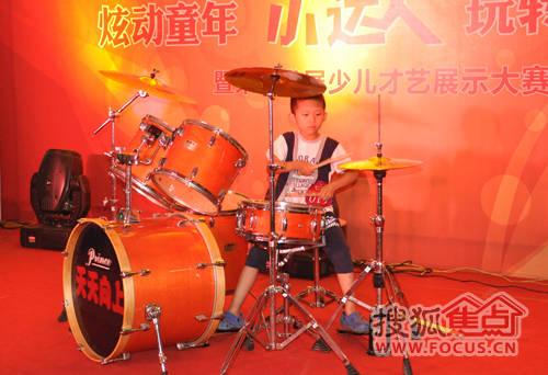 小男孩架子鼓表演小苹果视频 笑说网