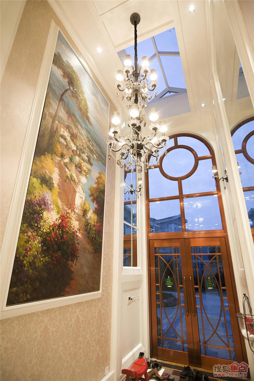 米色墙纸与银白色水晶灯被装饰油画的地中海繁花簇拥