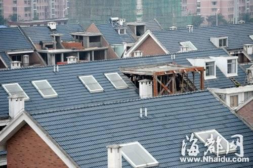 多幢房屋坡面屋顶被拆,加盖房间