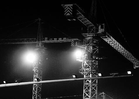 位于阳光新路这处工地塔吊上的灯照射出刺眼的