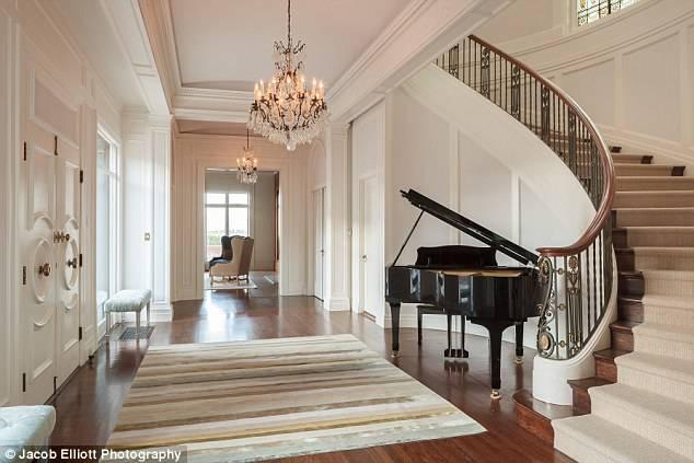 起居室,厨房,书房,衣帽间,浴室,木质楼梯,水晶吊灯,石膏雕刻……屋内