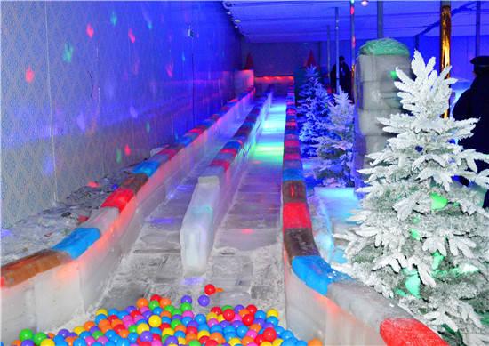 晶莹剔透的冰雪城堡,美轮美奂的梦幻主题雕塑,以及五彩的冰雪长滑梯