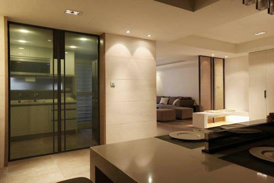 客厅 铺于地面的米色地垫让地板材质有所分野,活泼大地色调客厅的