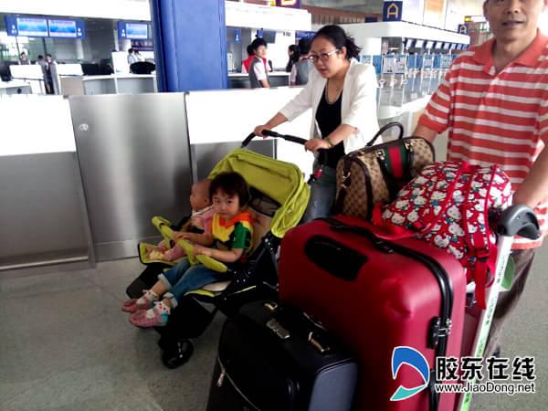 烟台蓬莱国际机场出港航班起飞  两个可爱的小朋友与父母一起入港乘坐首班机  烟台蓬莱国际机场出港航班起飞 胶东在线5月28日快讯(记者李婷婷)28日早上7点10分,由烟台蓬莱国际机场途经济南飞往昆明的SC4873航班正式起飞,成为烟台蓬莱国际机场的出港航班。