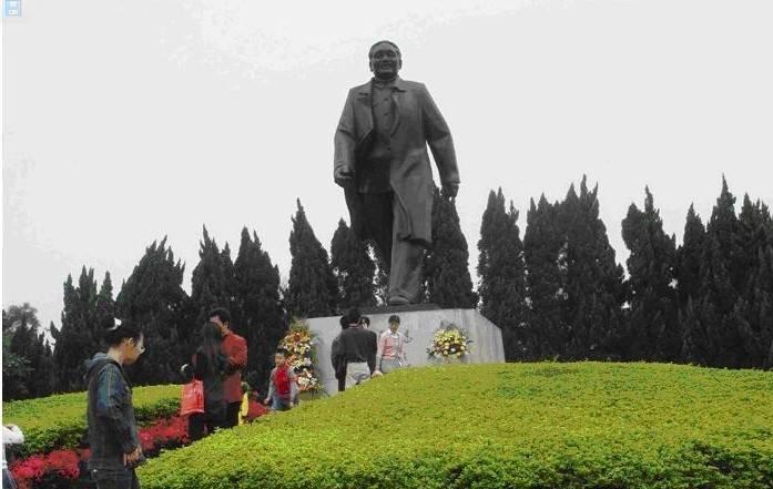 位置描述:深圳莲花山公园山顶 雕像人物:邓小平(1904-1997),曾任中华人民共和国中央军事委员会主席(1983-1989) 莲花山公园位于深圳市中心区北端,全园占地面积166.14公顷。公园以其清新、秀丽的姿色和端庄、质朴的风格吸引着广大游人,是一座风景优美、环境清新的休闲胜地。 莲花山公园筹建于1992年10月10日,1997年6月23日正式对外局部开放。直属深圳市人民政府城市管理办公室领导。公园现已开发建设并向游人开放的面积为60公顷。绿色、环保、自然、和谐发建设并向游人开放的面积为60公顷,绿