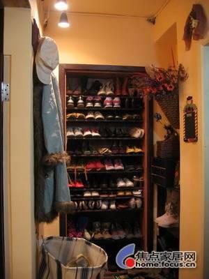 大门进来就是小客厅左边一个鞋柜装满了美女的鞋子