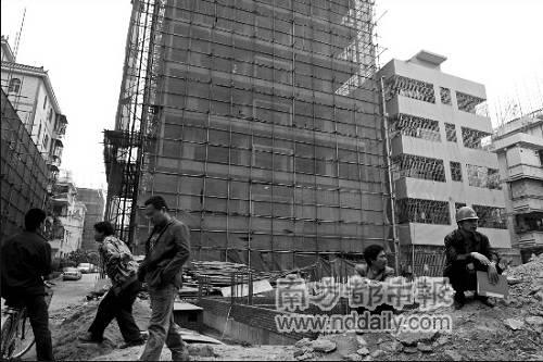发生拆楼坍塌伤亡事故后,坂田西村所有在建和在拆的楼房工地全部暂时