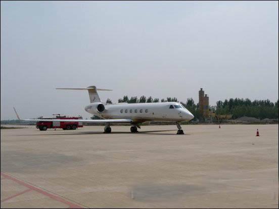 图:第一架民用商务飞机降落在唐山三女河机场
