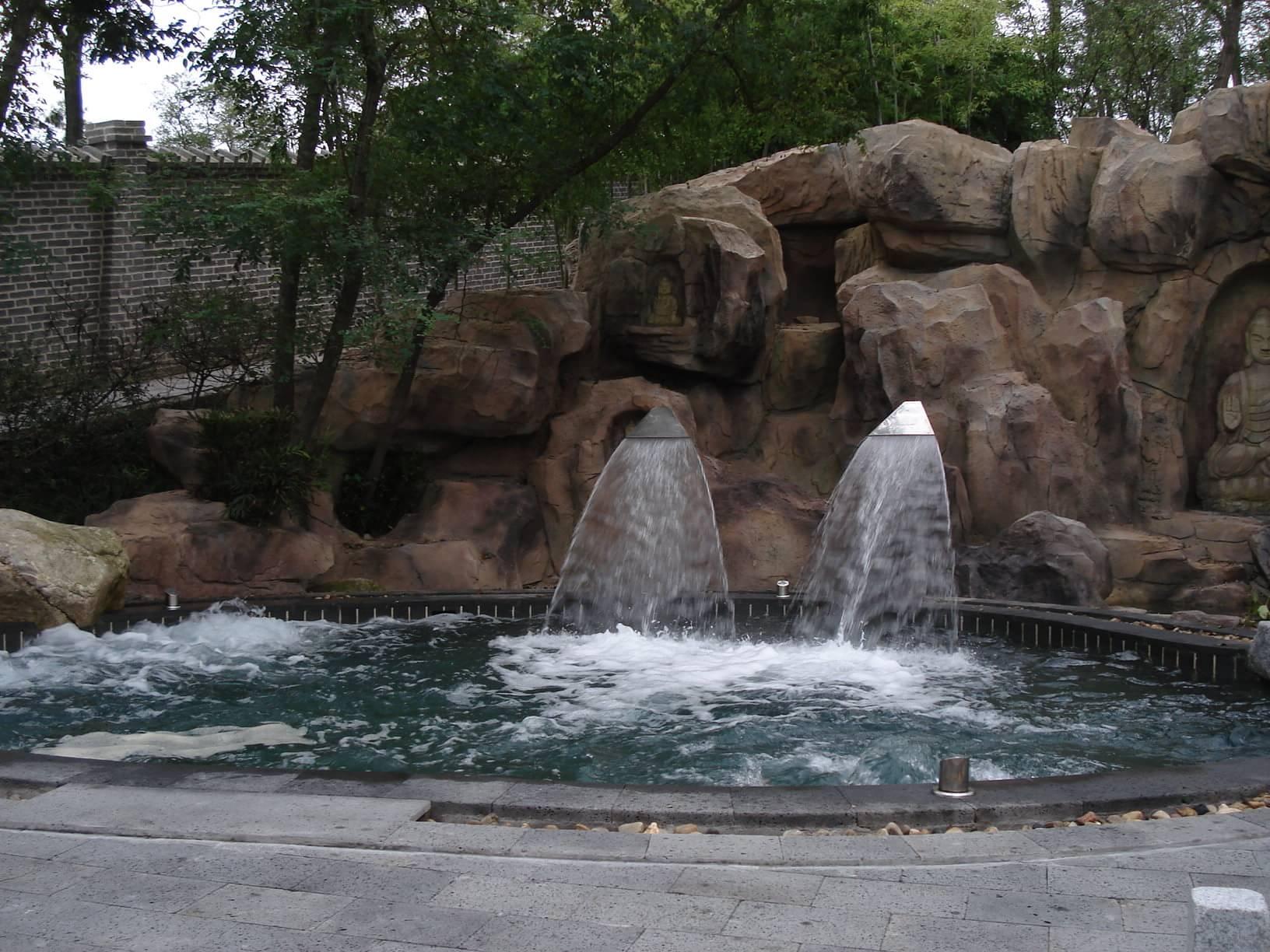 在威海市经济技术开发区的温泉镇,有一处自然形成的温泉,俗称温泉汤.