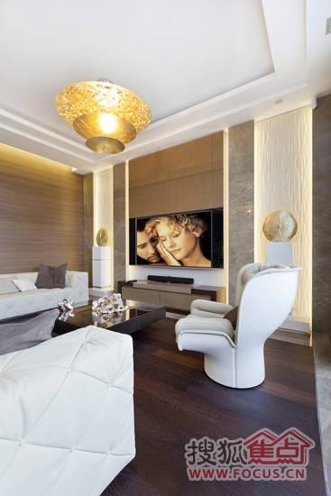 木质的沙发靠柜隔断了客厅与餐厨空间