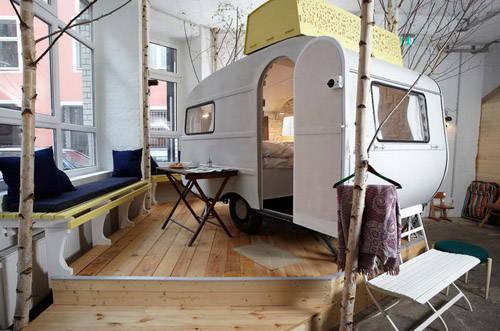 这个小茅屋的室内设计是上世纪80年代风格,它曾经是厂房接待区的一