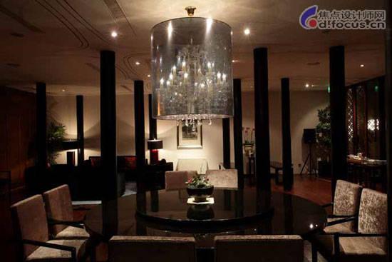 在白色酒吧间,欧式古典的椅子和桌子却被艾未未