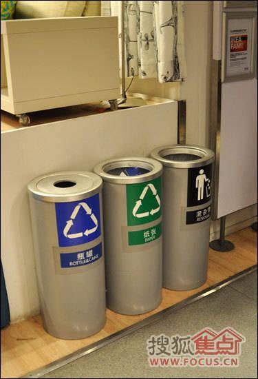商场内设有分类垃圾桶