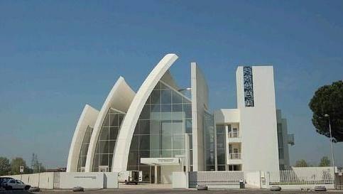 象征圣洁的白色 罗马千禧教堂设计