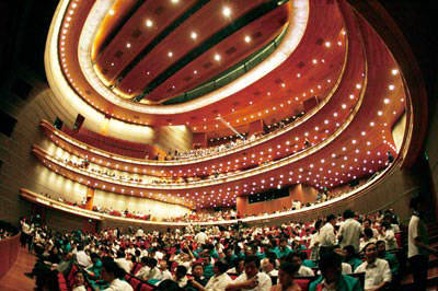 """而歌剧院则是一个圆柱体,体积比另两颗""""蛋黄""""大得多,而且位居整个蛋壳"""