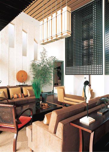 那兀立于客厅的大柱子用几面黑色的小碎格子装饰了
