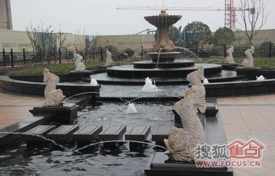 露天景观水池,更有下沉式水景瀑布广场