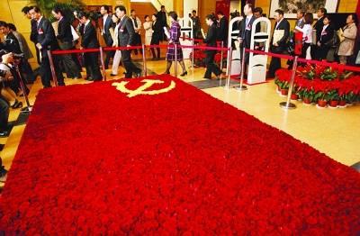 南京人民大会堂内,万朵玫瑰组成党旗