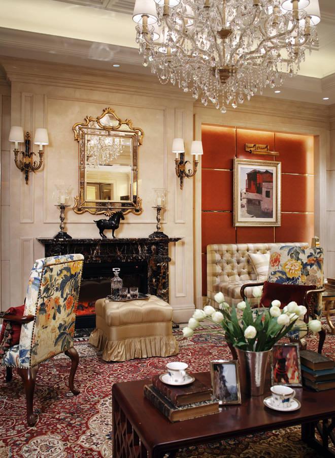 花团锦绣的超大型地毯与红木茶几
