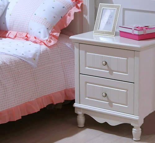 卧室家具摆放效果图可以用收纳柜、收纳盒等收纳用具把繁杂的
