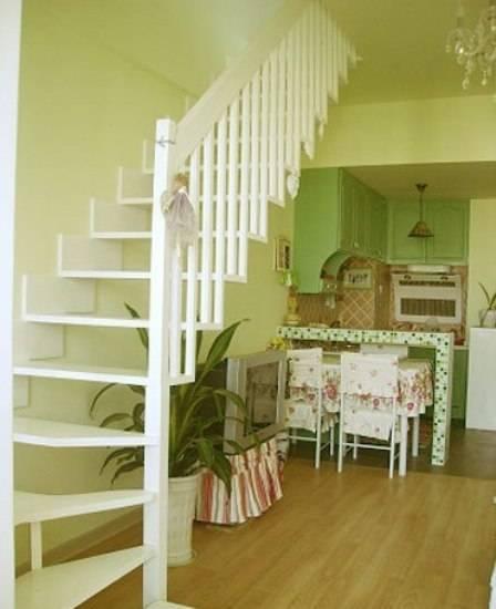 房子的结构很简单,书房,客厅,厨房一通到底。只在书房用帘子做了个软隔断。因为房子的空间实在有限。 厨房的位置是原来的卫生间,卫生间已经移到楼上去了。因为感觉原来的厨房太小很不实用,所以有了这个果绿色的很可爱的敞开式厨房。厨房和客厅有坐了个马赛克的吧台。因为没有餐厅,所以平时就把餐桌放在吧台下面,这样很节省空间。