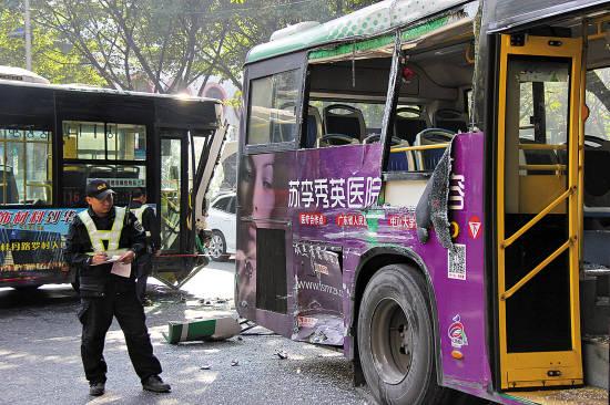 123线路公交车后轮处被撞