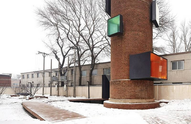沈阳的这座水塔是曾经老工业时代的印记之一。2010 年,万科对其所在的中国人民解放军第一一〇二工厂等一大片原厂址进行了收购,并把这座水塔交给META-Project团队进行改造。建筑师决定尊重水塔的历史意义、保留其外观,在内部进行加固和改造,把它变成具有现实意义的水塔展廊一个提供给周围社区的公共活动空间和博物馆。目前,这座水塔上被制作出了很多窗洞,它们成为了一个个小剧场,可以进行放映和表演,没有活动的时候,这里也是很好的观景点。   沈阳的这座水塔是曾经老工业时代的印记之一。2010 年,万科对其所