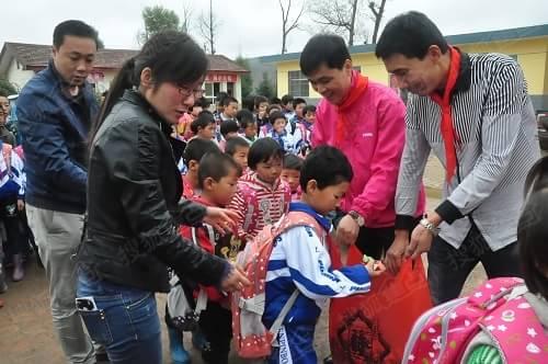 萨米特爱心助学志愿者日志:教孩子摆胜利手势