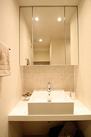 正方形的白色洗脸盆