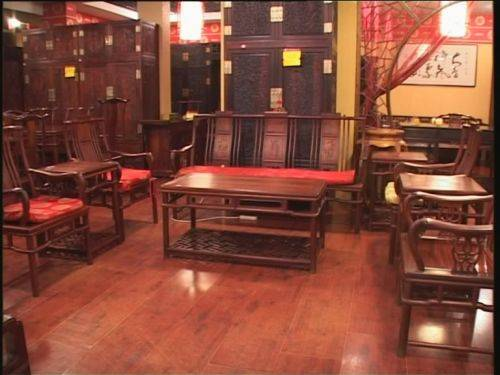 老式红木家具造型优美,家具的轮廓具有浓郁的东方格调.