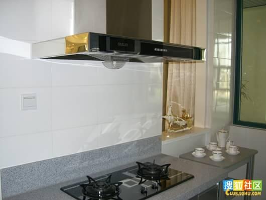 继续厨房,欧式的抽油烟机和灶台