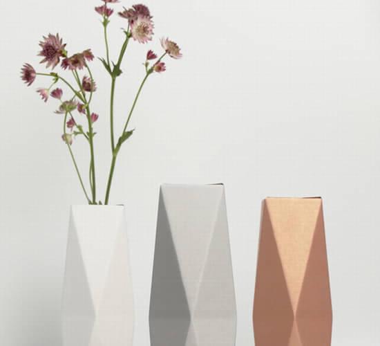 日本设计师小林干也( Mikiya Kobayashi)设计的花瓶。    日本设计师小林干也( Mikiya Kobayashi)设计的花瓶。    这是一款叫做Paperse的纸制花瓶,是来自韩国的Easter Egg设计工作室的CAUCA设计品牌的设计作品。Paperse纸花瓶可以立在书桌上或或者挂在墙,你也可以轻松折叠收起来,因为它是用厚纸版制成的。你也可以在里面放入可盛水的熟料管或小瓶子,这样鲜花就可以保持新鲜很长一段时间。偶尔写一个简短的备忘录或给爱的人留言,放在花瓶边上,就更有爱了。很小