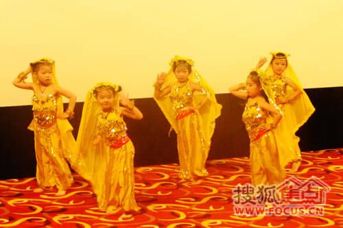 鹏阳舞蹈学校的老师和小朋友们为到场的家长了小朋友们精心准备了十二