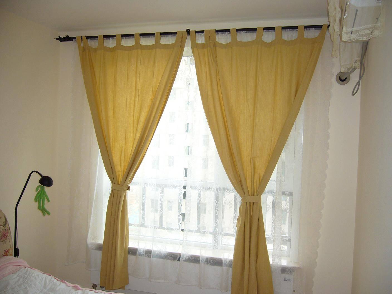 家居窗帘搭配技巧2:花色款式需与沙发相搭配 一般来说,现代风格的装修中,客厅窗帘的花色和款式应与客厅中的布艺沙发搭配,采用麻制或涤棉布料。色彩上采用浅色调,如米黄、米白、浅灰等;欧式风格中,窗帘的色调多为咖啡色、金黄、深咖啡等;而中式风格以偏红、棕色为主。窗帘要与整体家居环境相搭配,这已经成了选购窗帘默认的法则。