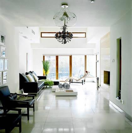 貫通客廳,餐廳,走廊,廚房,樓梯的那一地綿白柔和的雪花白,有著天然的