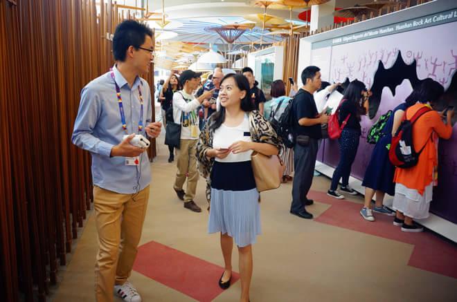 中国馆工作人员为冠军联盟幸运客户团讲解设计理念