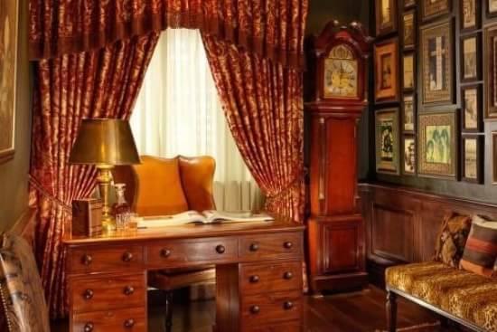 美式风格窗帘效果图大全二 书房中的这个窗帘厚重而饱满,使人产生美观活泼的感觉,不仅能透过一定程度的自然光线,同时又可使人在白天的室内有一种隐秘感和安全感。  美式风格窗帘效果图 美式风格窗帘效果图大全三 很温馨很唯美的一款卧室的装修,此款卧室背景墙大量使用白色窗帘,显得十分的唯美温馨,并且床头选择在窗户边,让空间得到更好的光照,同时保证卧室的隐私性。