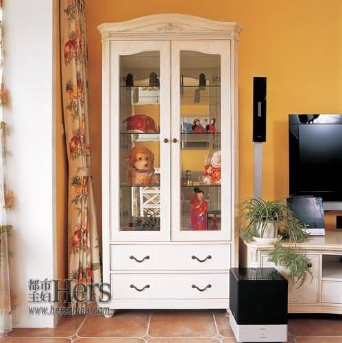 欧式的白色装饰柜与鹅黄色的背景搭配协调