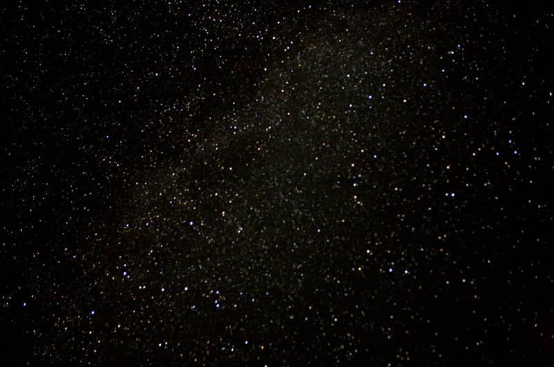 天上有都有什么样的星星?有多少颗星星?星星为什么会发光?等等这些问题想必是无数小朋友们都想知道和了解的奥秘。为了让孩子们从小了解天文知识,碧桂园凤凰城将于7月19日举办天文知识讲座暨夜观星象活动。本次活动特邀中国科学院紫金山天文台科普研究员、南京航空航天大学天文学葛永良教授,他将会通过一些天文现象将大家引入到浩瀚的宇宙之中,从太阳、地球、月球的未解之谜,讲到有关地外文明探索等等内容。同时讲座之后还将指导学生用天文望远镜观测平时肉眼见不到的宇宙。 未来科学家 从小开始培养 都说兴趣是孩子最大的老师,这
