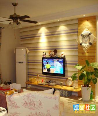横条装饰出的电视背景墙很有创意,这样一来会让客厅显得非常敞亮.