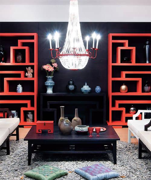 格纹元素对称中式客厅中式格纹木质家具与西式水晶吊灯的完美组合,让