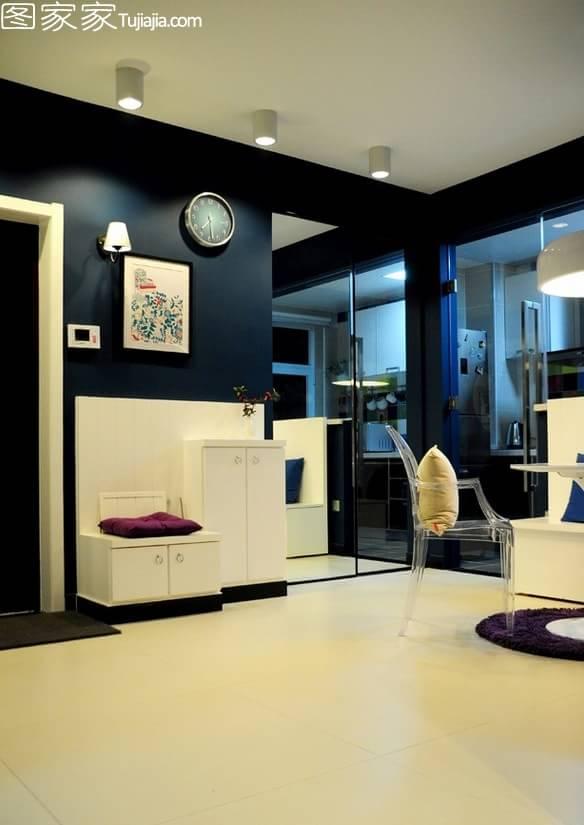 入户门厅设计了一排白色的组合储物柜,而玄关处则设计了迷