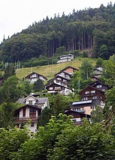 静-心思:其实他们农村的房子不大,有个小院,很多都是一层楼的,但是