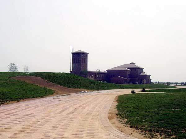 陕西榆林沙漠建高尔夫球场 农民无水喝